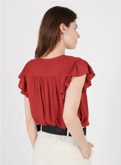 Camiseta bordada con cuello pico